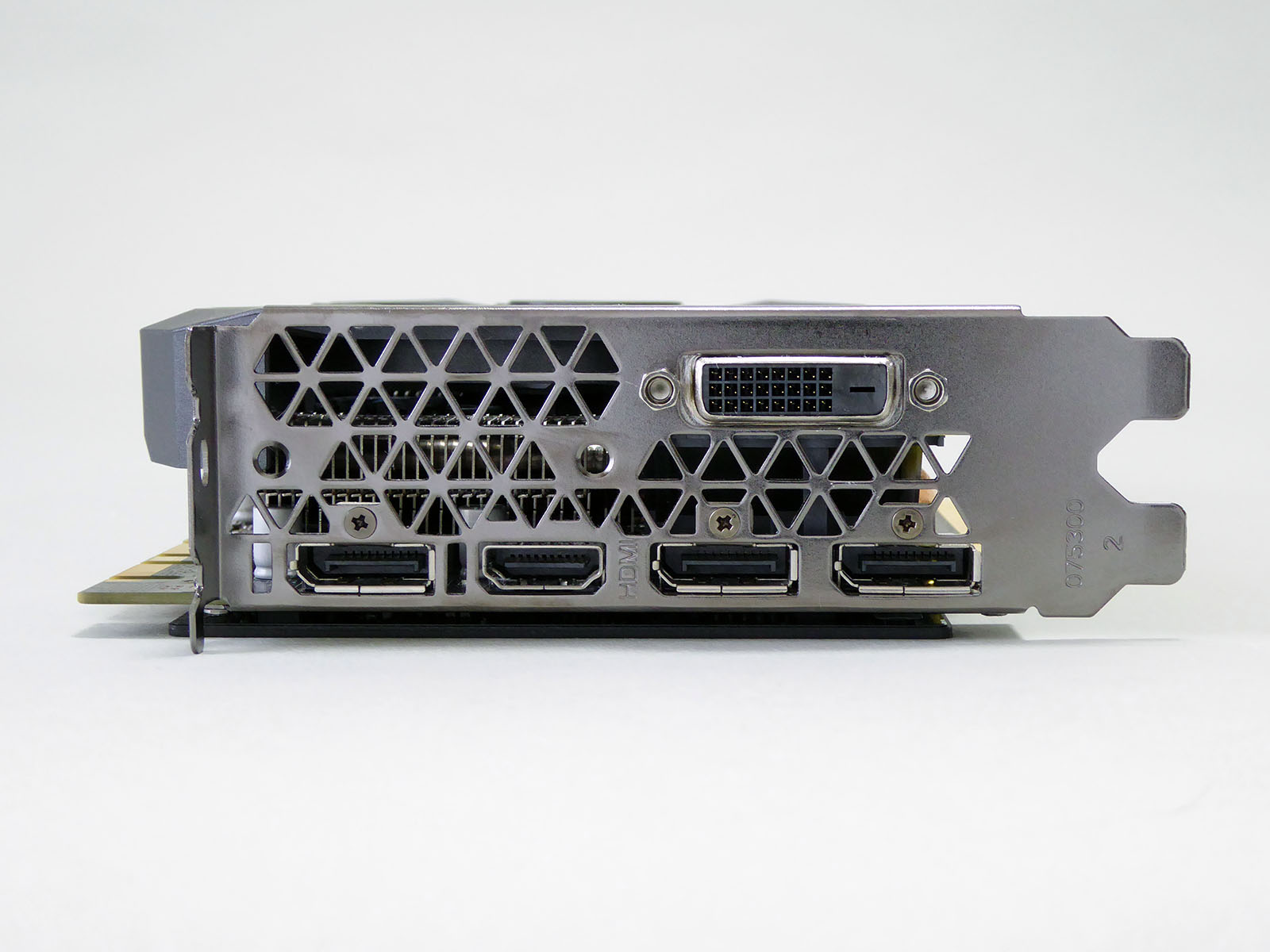 映像出力端子はDisplayPort×3、HDMI×1、DVI-D×1という標準的な構成