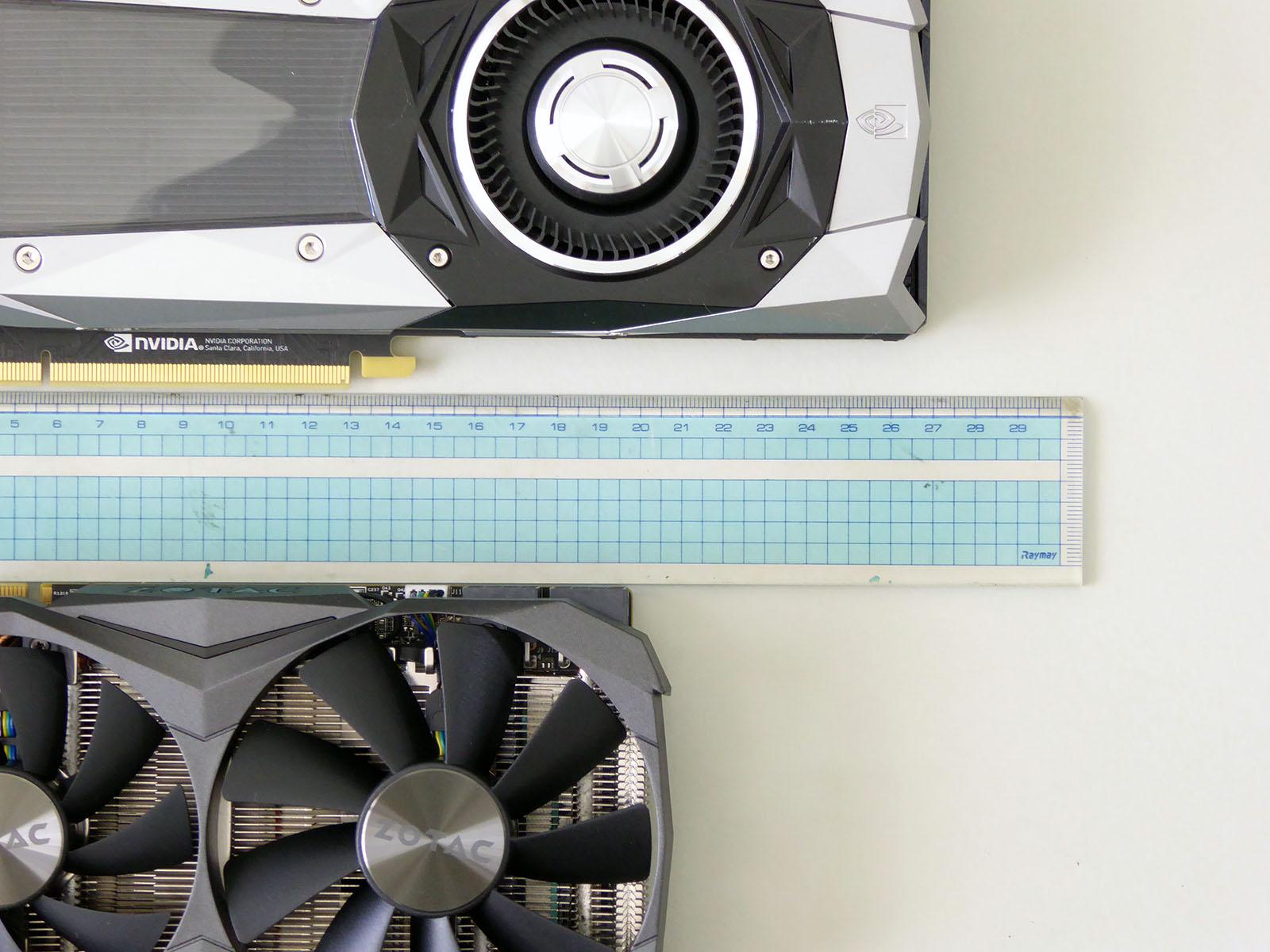 リファレンスデザインカードに対して56mm詰めたカード長は数値以上のインパクトがある