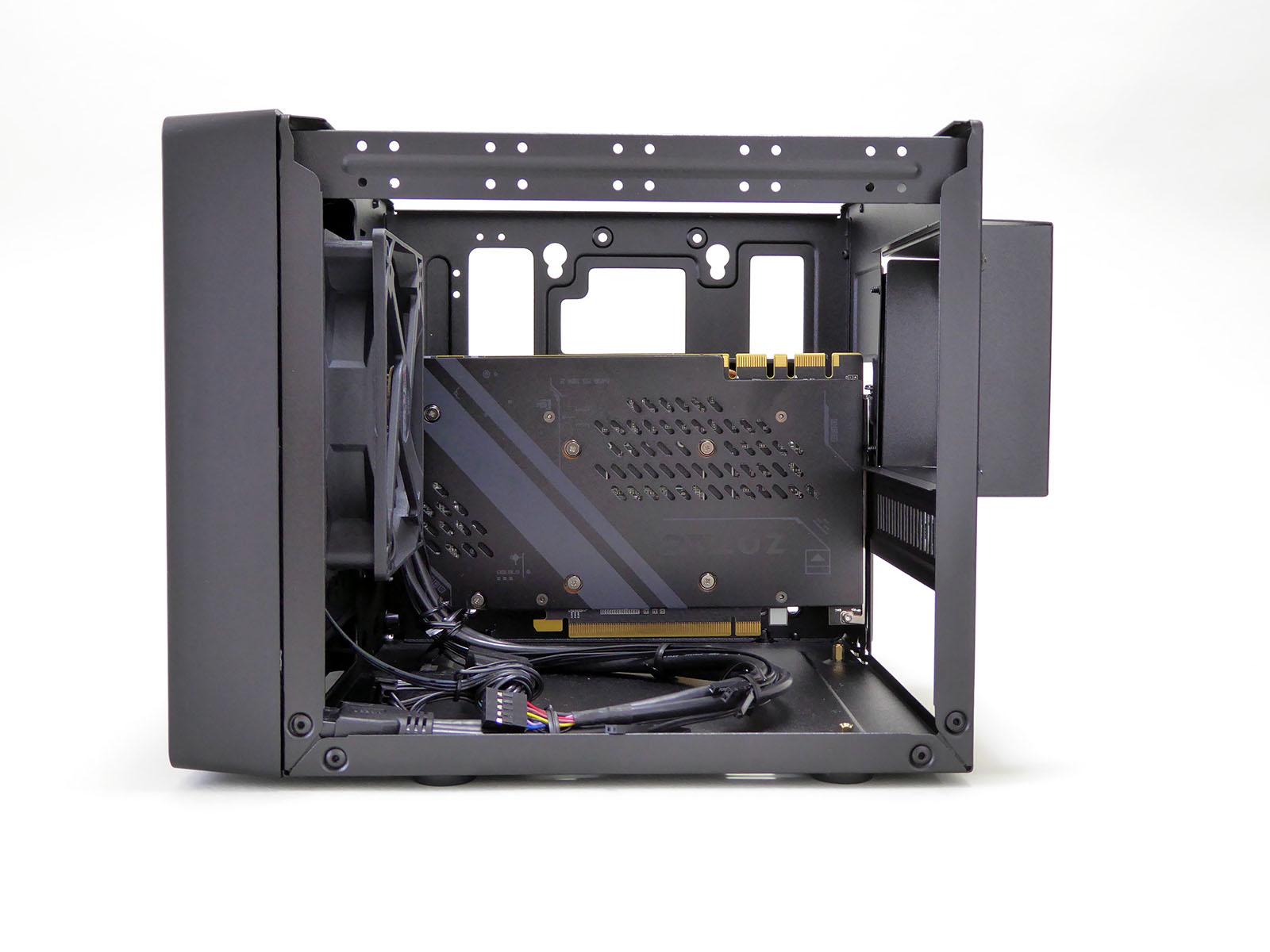 Elite 110 Cubeは斜めに挿入するなど工夫をすればギリギリ入るといった状況。マザーボードの拡張スロット周辺の部品の高さによっては干渉して入らない場合もある。