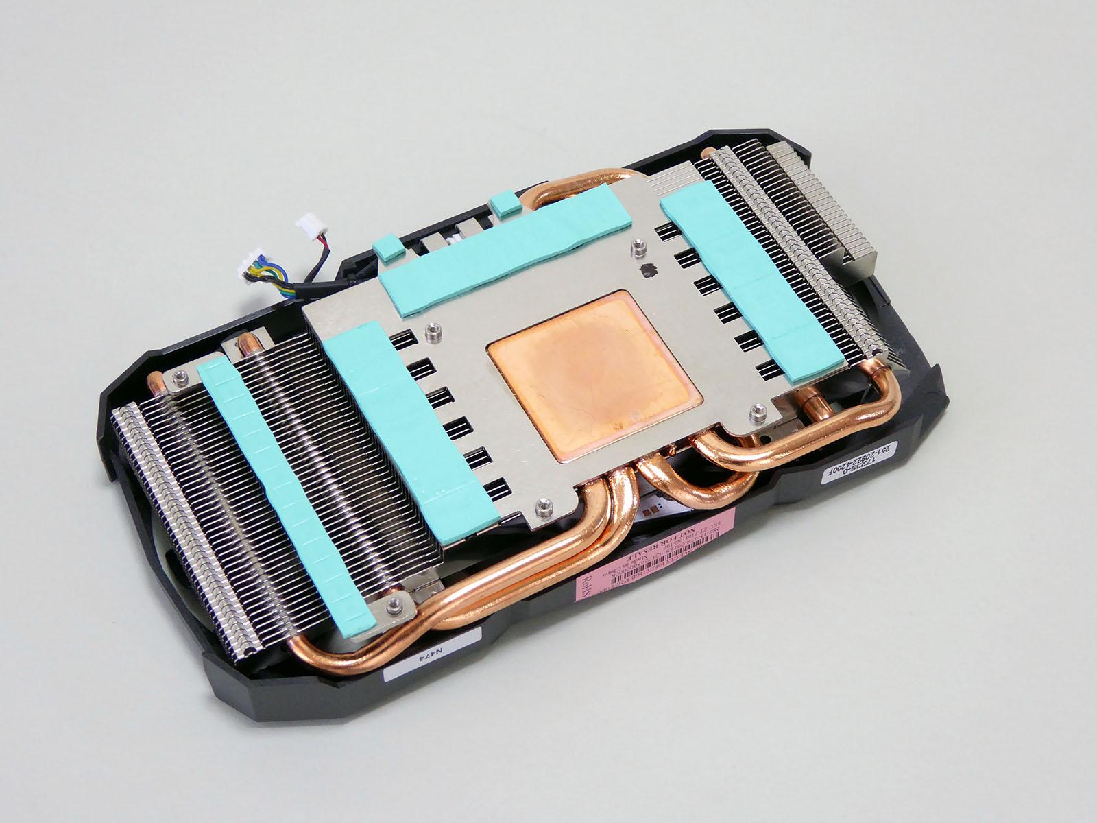 銅製ヘッドや6mm径ヒートパイプを5本用いるなど、小さなヒートシンクで冷却するための工夫が見られる