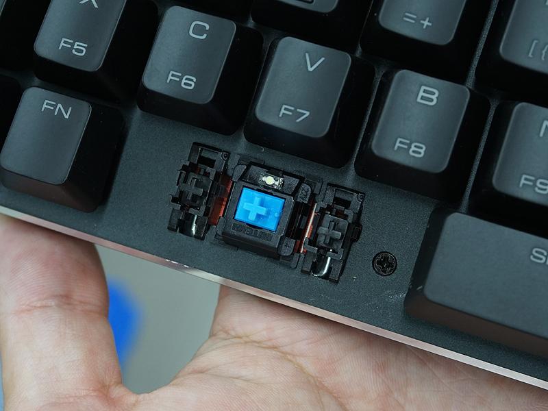 メカニカルキースイッチを採用