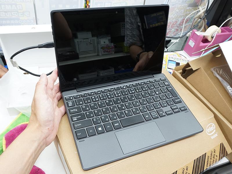 専用キーボードを装着したノートPCスタイルの状態