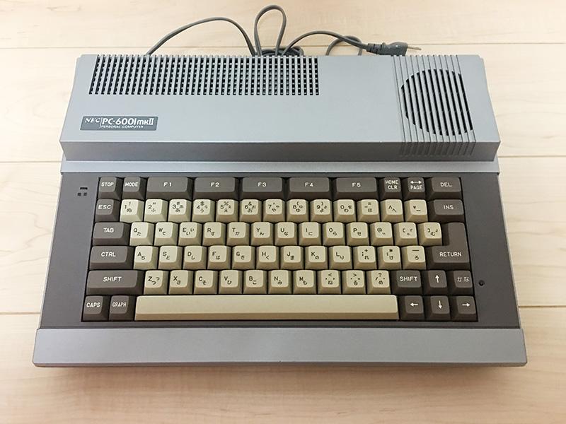 PC-6001の後継機ということもあり、胸をときめかせた人も多いと思います。本体のカラーリングやデザインなどは、今見ても古さを感じさせません。なお、本体カラーはシルバーとアイボリーの2色が用意されました。