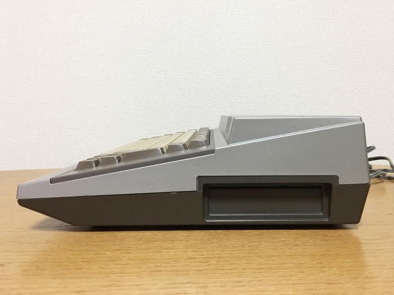 本体右側面には、PC-6001と同じく拡張スロットが1つ、口を開けています。