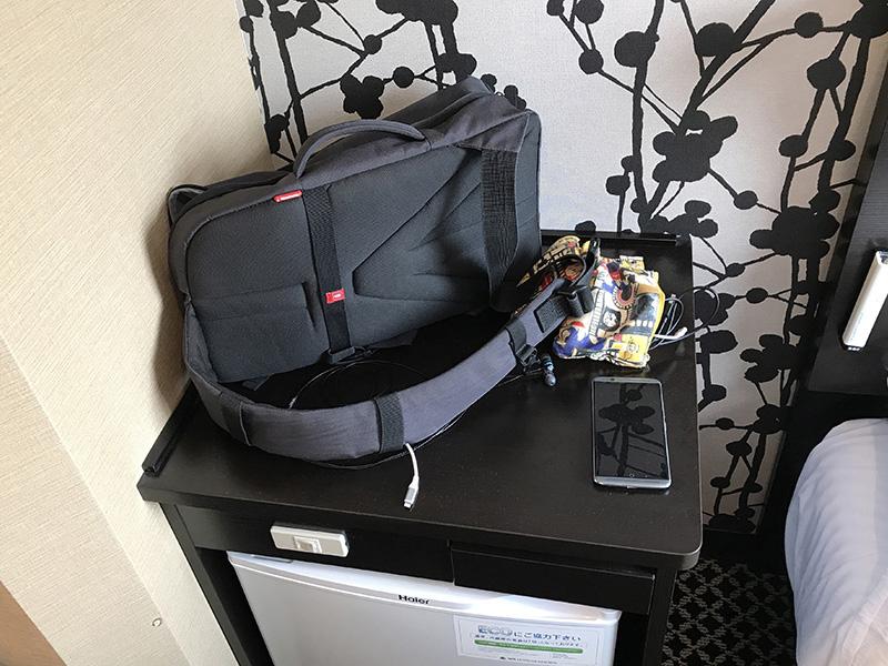 部屋によっては、写真のように冷蔵庫が独立しており、またその上部にモノを置くスペースが用意されている