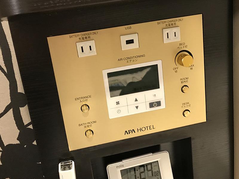 ベッドサイドにあるコントロールパネルに電源×2、USBポート×1