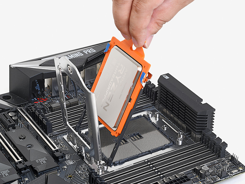 Ryzen Threadripperはソケットへの固定方法も独特だ。まずソケットのカバーにある細いレールにはめ込み、一番下まで押し込んだ状態でソケット側に倒すと正しい位置と向きで着地する。CPU側の電極が4,000個以上もあるため、微妙な位置のズレも許されないのだ