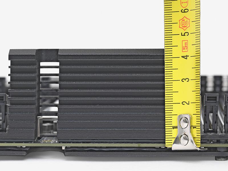 電源部のヒートシンクの高さは基板表面から43mm。CPUソケットそばのヒートシンクとしては非常に大型のものを採用している