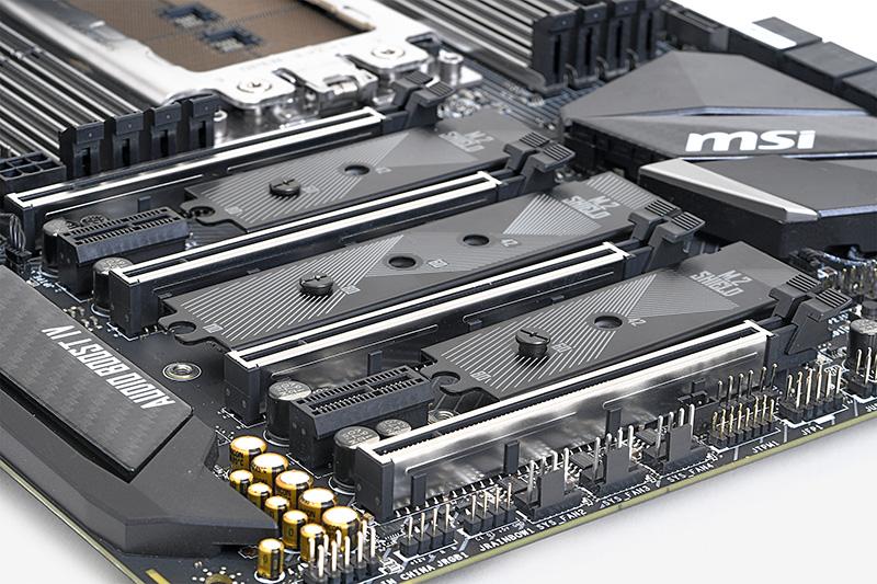 PCI Express 3.0 x16スロットは4本。こちらもスチールで強化されている