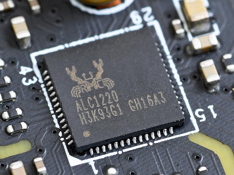 オーディオコーデックはRealtek製「ALC1220」。左右のチャンネルで基板の配線層を変えたり、アナログ部を分離したりするなどの工夫で高音質を追求している