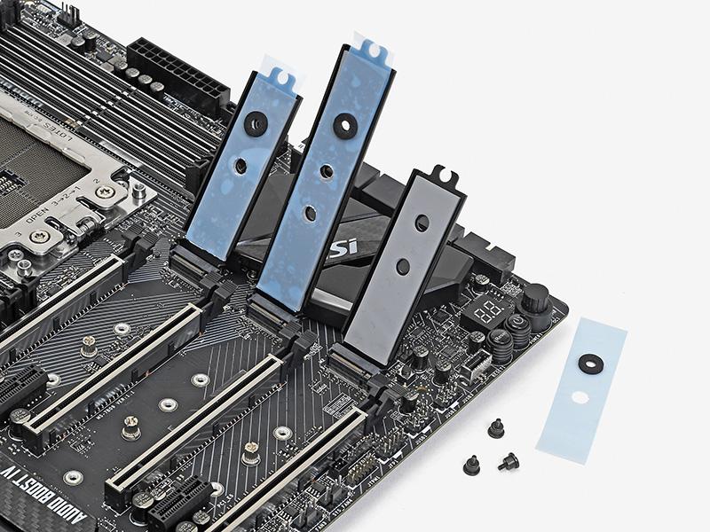 M.2 Shieldの裏には熱伝導シートが貼り付けられており、直下のSSDに密着する。M.2 SSD用のヒートシンクを買わなくてもよいのはうれしい
