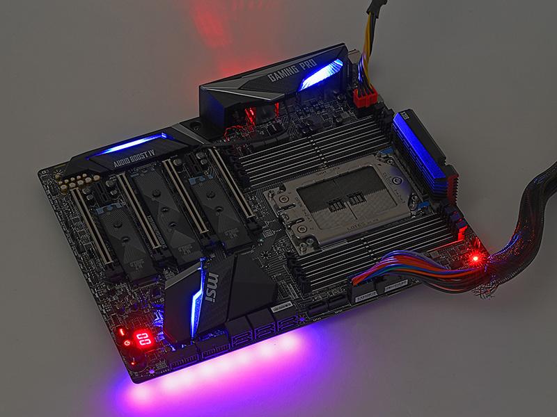 LEDを点灯した状態。LEDはいくつかのブロックに分かれており、ブロックごとに点灯パターンや発光色を指定できる