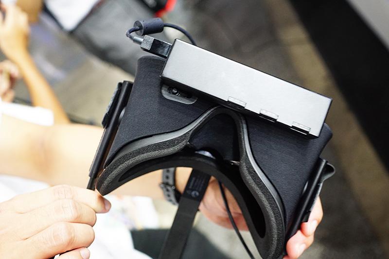 VRヘッドセットに装着して使う香りを発生させる小型デバイス「VAQSO VR」