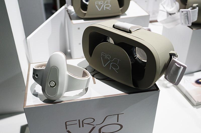 スマートフォンを取り付けて仕様するVR向けのヘッドマウンタとコントローラのセット「FIRST VR」