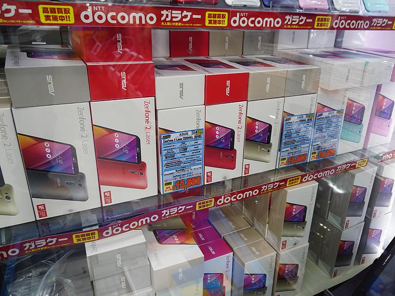 販売されているのは未使用品のため、ショーケース内には箱が多数並んでいる