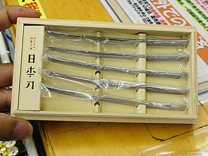 """超ミニサイズな和菓子用の""""日本刀""""が販売中、ようかんの味にもキレが出る?"""