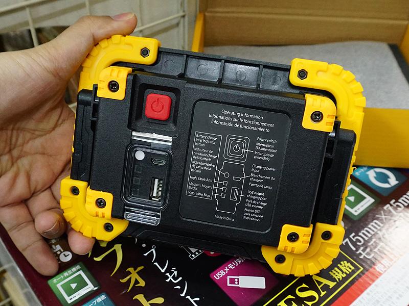 本体背面。USBポートや電源スイッチなどが用意されている