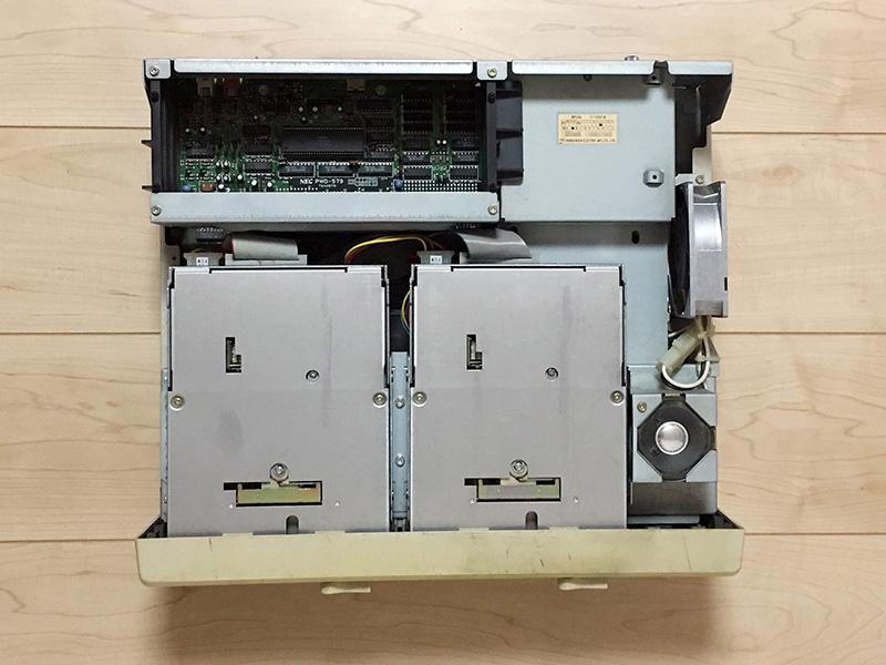 カバーを開けると、2基のFDDと右奥に電源、左側には拡張カードを挿すスペースが設けられています。右側にはスピーカが配置されており、その上の部分にある天板にはスリットが空いています。