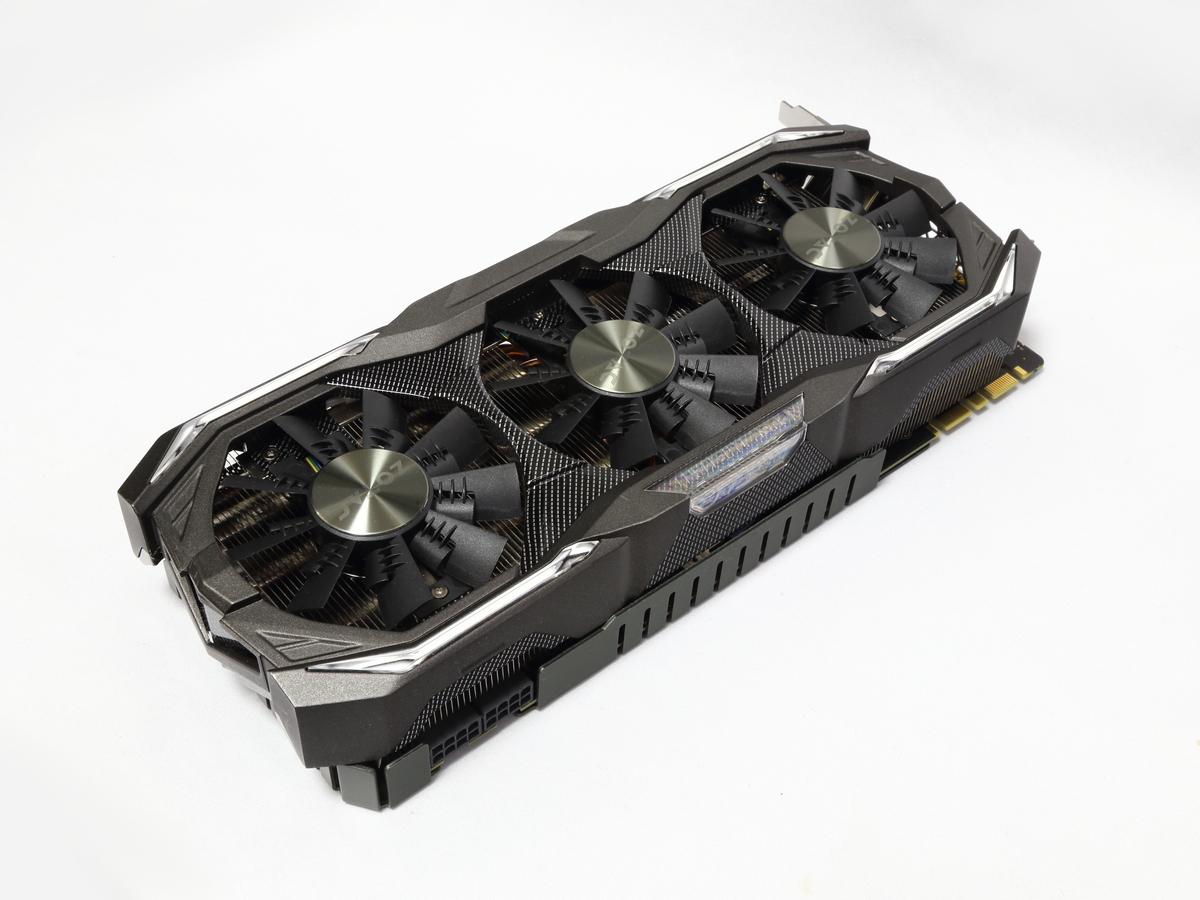 3スロットを占有する大型GPUクーラー「IceStorm」により、GPU温度を常に低く保つことができる