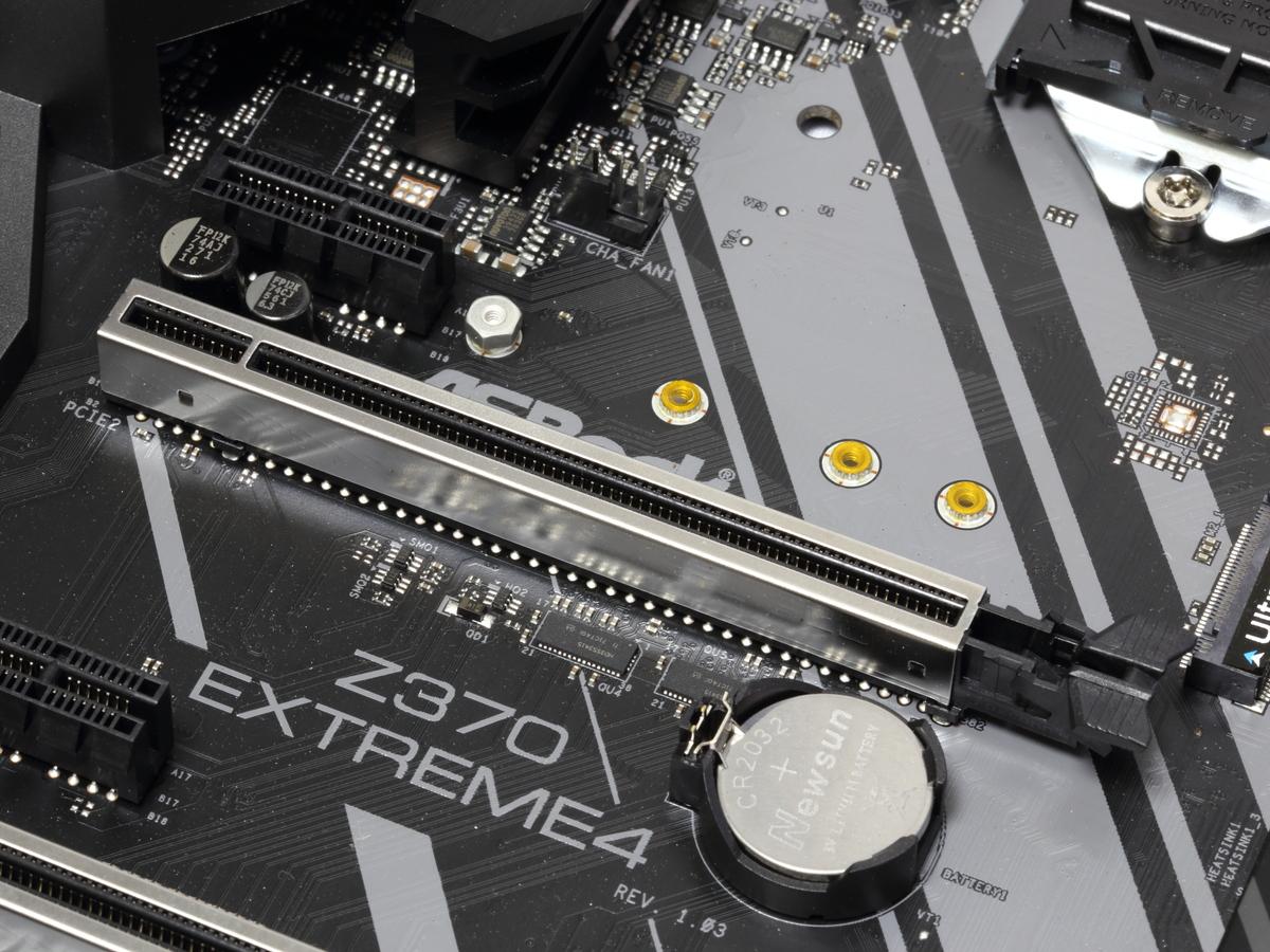 ビデオカード用のPCI Express スロットは金属補強されており、重量級ビデオカードも安心して搭載できる。
