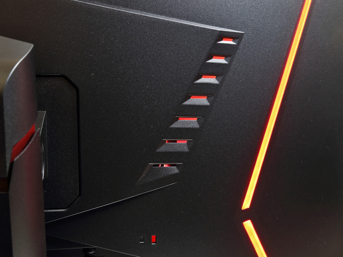 本体背面には赤色LEDを搭載している。