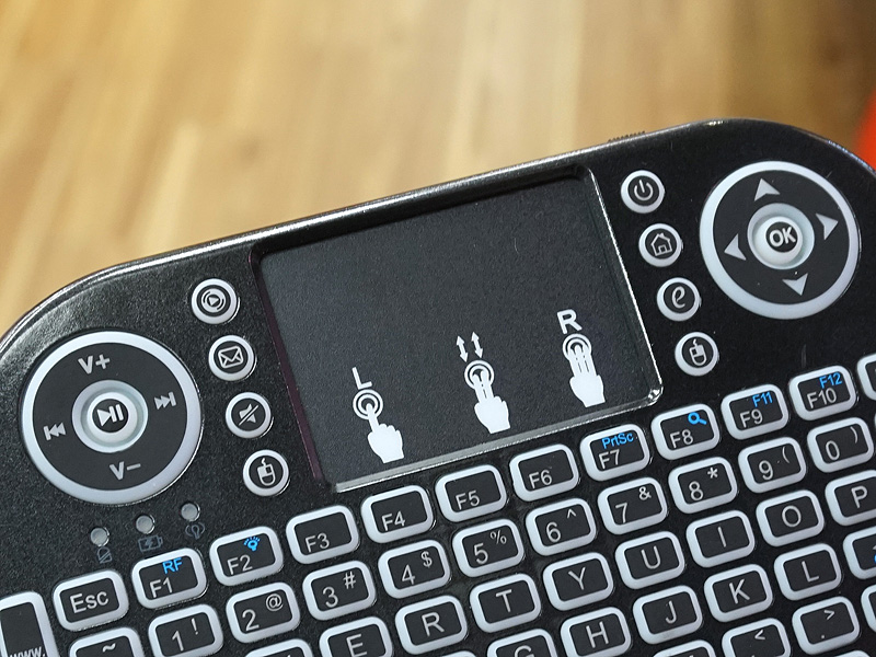 タッチパッドやマルチメディアキーを搭載