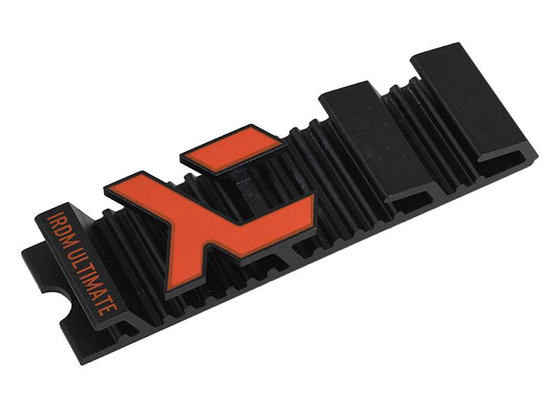 インタビュー時に拝見した同社最上位製品の「IRDM ULTIMATE」。PCI Express 3.0 x4接続のNVMe SSDで、ロゴマークのデザインを踏襲するヒートシンク、HHHLアダプタが付属する