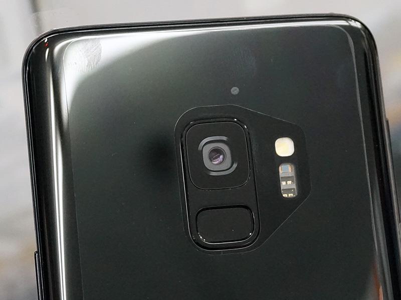 Galaxy S9のカメラ+指紋センサー部分。レンズの下に指紋センサーがある。また、カメラはシングル仕様