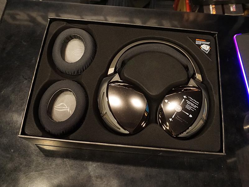 パッケージにはメッシュタイプのイヤーパッドが同梱されている