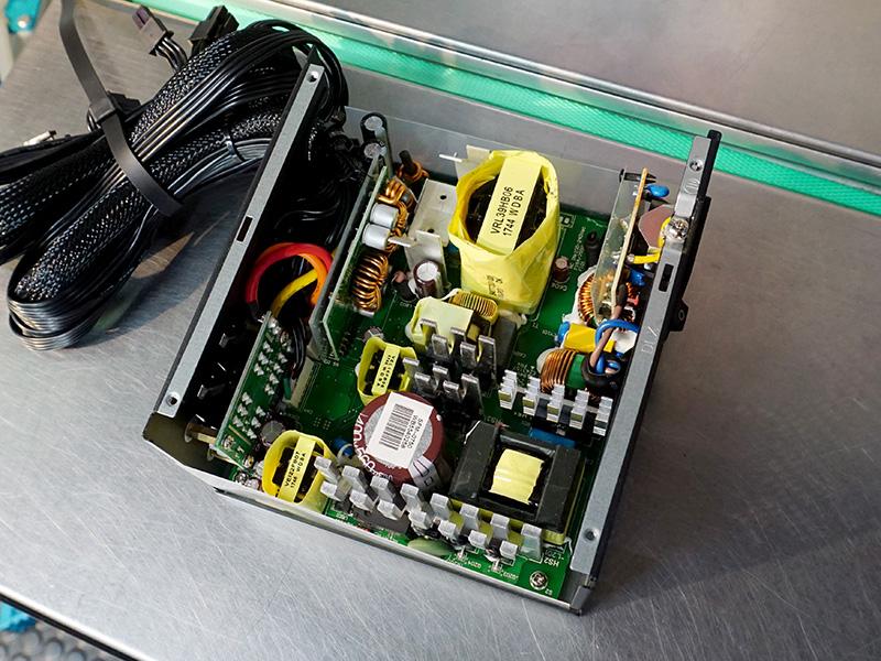 電解コンデンサは一次側、二次側ともに日本製