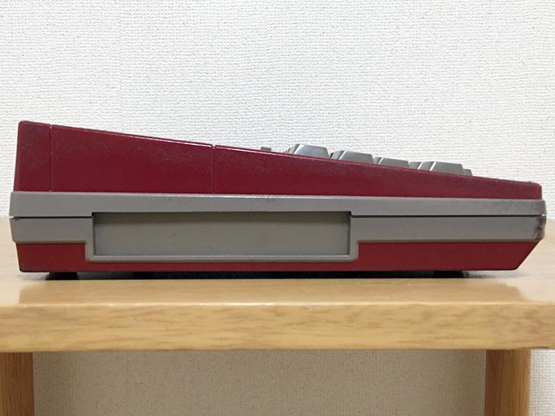 本体左側には、システムスロットと呼ばれる部分が設けられていました。ここへはROMまたはRAMカートリッジを挿入できるほか、CRTアダプタや外部拡張用インタフェースなども接続が可能です