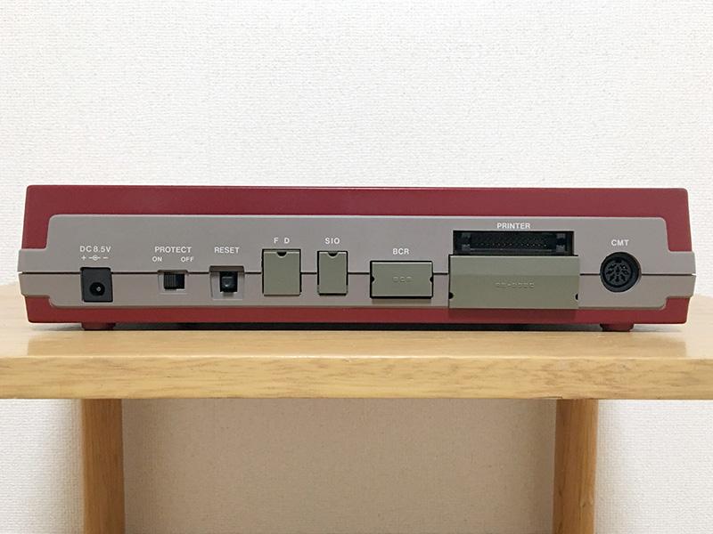 背面は左から、ACアダプタコネクタ、プロテクトスイッチ、リセットボタン、FDD接続ポート、電話線接続ポート、9ピンバーコードリーダポート、プリンタポート、RS-232Cポート、CMTポートとなっています。なお、バーコードリーダインタフェースは、HP社仕様を採用していました。
