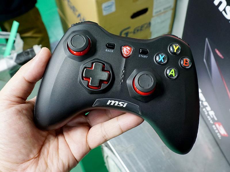 付属するゲーミングコントローラーは有線・無線両対応