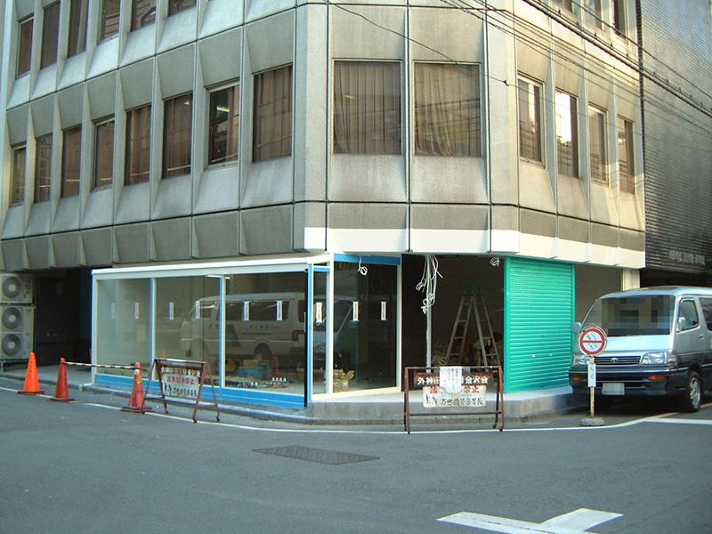 工事中のツクモ12号店。もとはビルの駐車場でした(2000年3月)