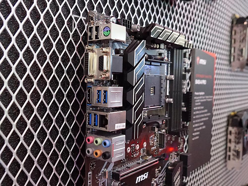 B450-A PROのI/Oパネル部分。こちらも「BIOS FLASHBACK+」に対応しており、一番上にBIOS FLASHBACK+用のボタンが用意されている