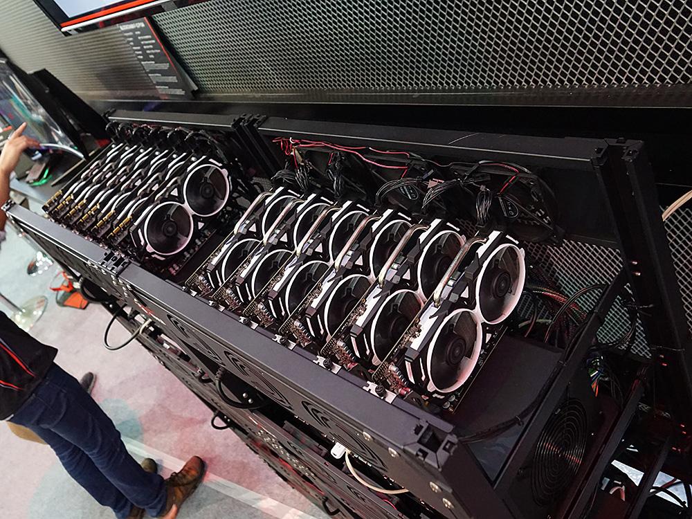 BLOCKCHINA F-12では、上下対称にビデオカードが6枚ずつ装着されている