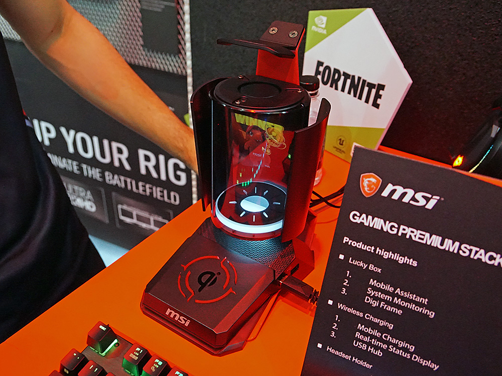 ヘッドフォンスタンドと無線充電台、ステータスディスプレイの1台3役の機能を持つ「GPS」(GAMING PREMIUM STAKCER)