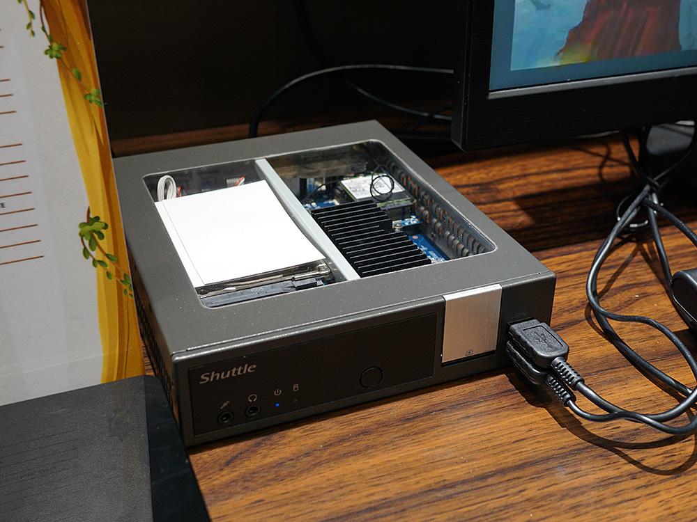 SIMカード対応LTEモジュールを搭載した小型ベアボーン「DL10J」。展示品は中が見えるように上面の一部が透明になっているが、製品版では透明部分はなくなり、中は見えない