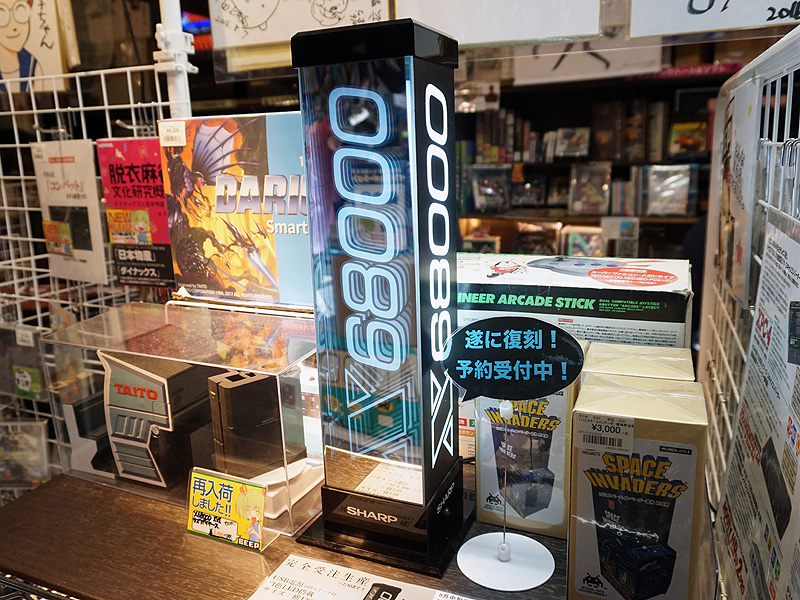 """<a href=""""/shop/at/beep.html"""" class=""""deliver_inner_content"""">BEEP 秋葉原店</a>で展示されているのはオリジナルの「X68000電飾POP」"""