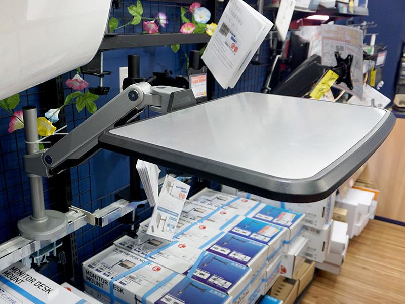 ガススプリング方式により天板のスムーズな上下移動が可能