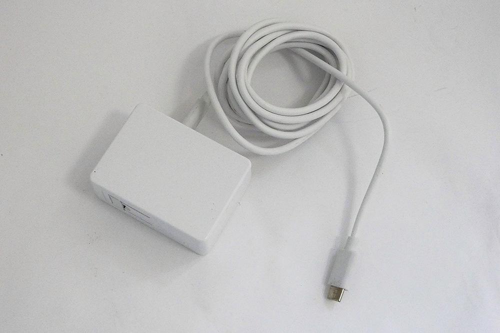 付属のACアダプタ。電源コネクタとしてUSB 3.0 Type-Cコネクタを採用。