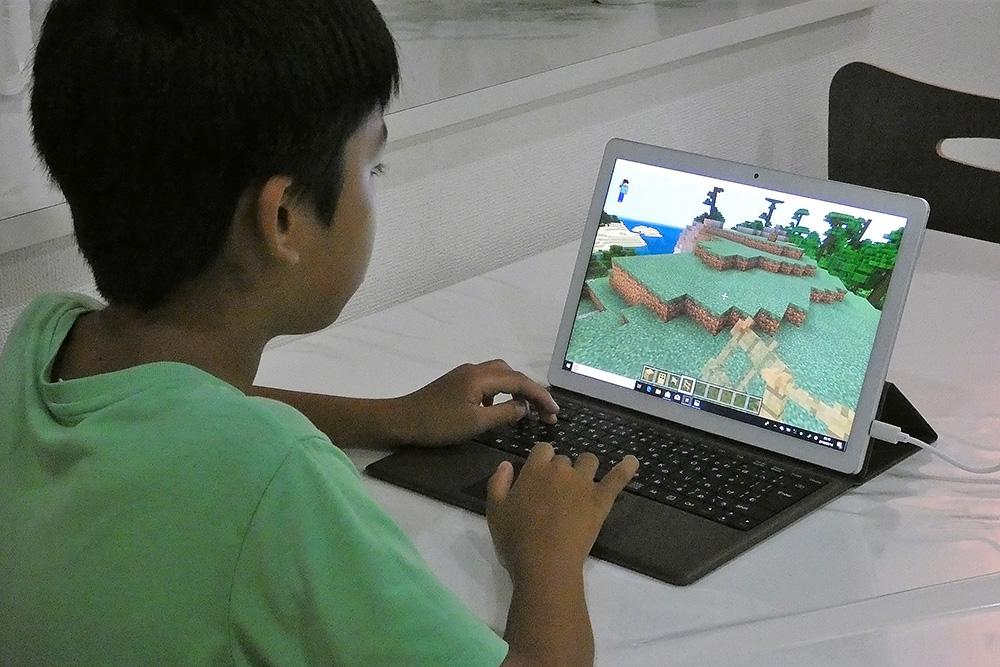 ノートPCモードでマイクラをプレイしている息子