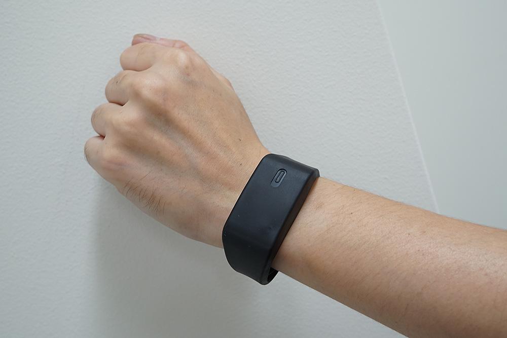明らかに腕時計ではないレシーバーだが……放っておけば動き出すほどけっこうなバイブレーションだ