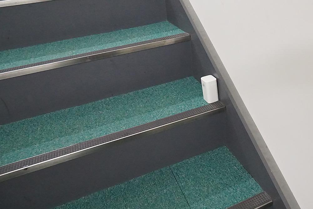 部屋が2階なら階段の途中という手も