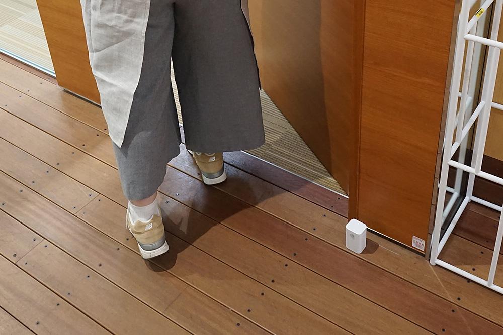ドアのすぐ手前に置いてはいけない。なぜならセンサーが反応したところでお母ちゃんが入ってくるまでに画面を切り替えられないからだ