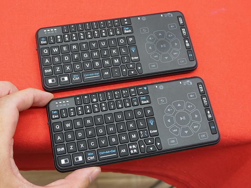 写真上が英語配列版。ボタン数は一緒で、キーの表記が一部異なる