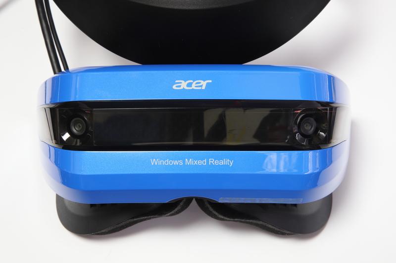 本体正面両端にトラッキングカメラを搭載。これにより外付けセンサー無しでの動作を実現している。