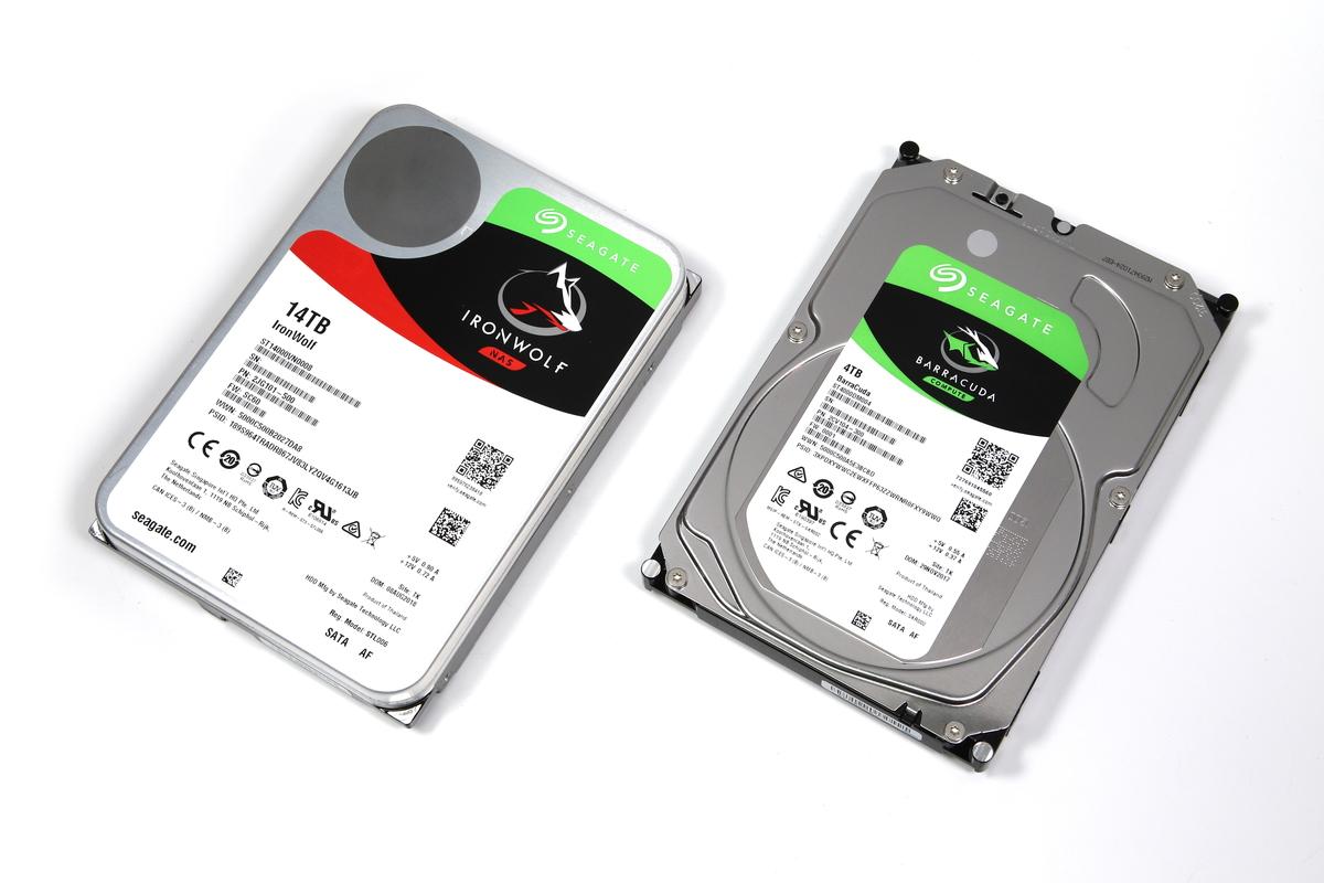 一般的なHDDとして、Seagate BaraCudaシリーズの4TBモデル「ST4000DM004」(右)を使い、ST14000VN0008(14TB)との比較を行った。