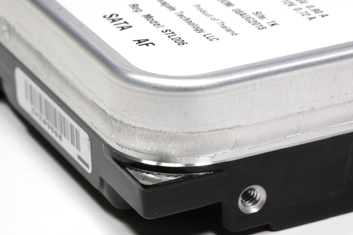 摩擦熱融着接合の接合部。高強度かつ気密性の高い接合を実現する摩擦攪拌接合は、ヘリウム封入HDDに適した接合技術だ。