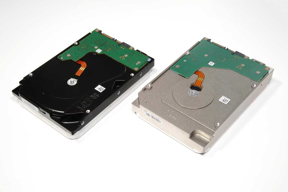 従来のSeagate製ヘリウム封入HDD「ST12000VN0007」(写真右側)と並べたところ。従来のモデルは面と面が接地する角の部分をレーザーで溶接していたが、今回のモデルは側面から見てHDDの中央あたりで接合されており、筐体設計が大きく変更されたことがわかる。